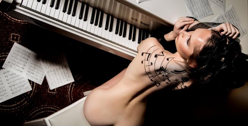 naakte vrouw achter piano