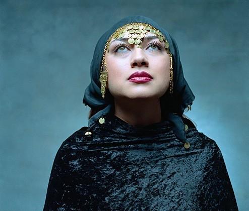 portretfotografie-vrouw-hoofddoek-giti-entezami-02